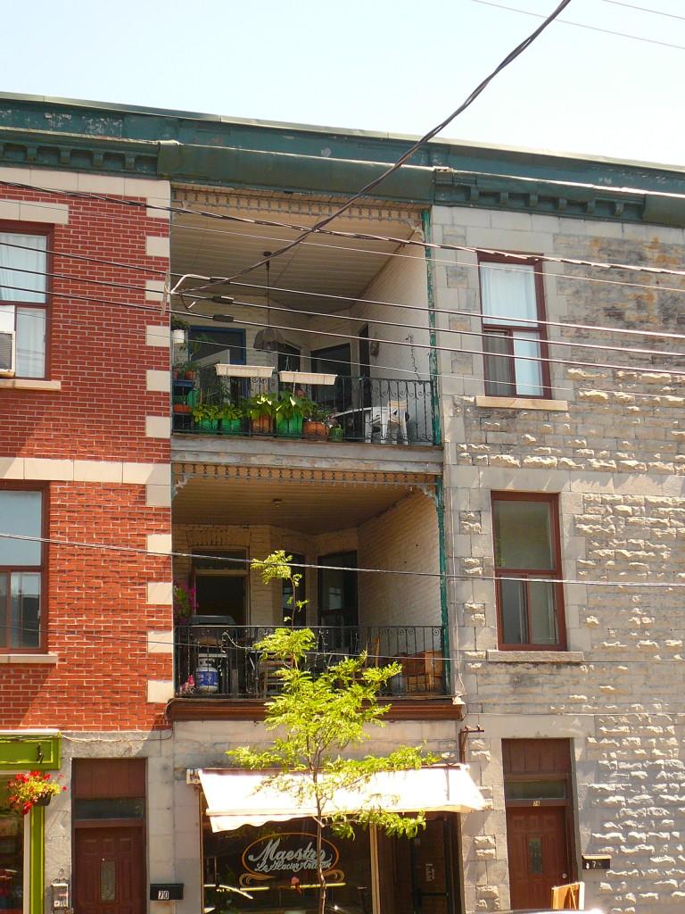 petit immeuble en brique à Montréal