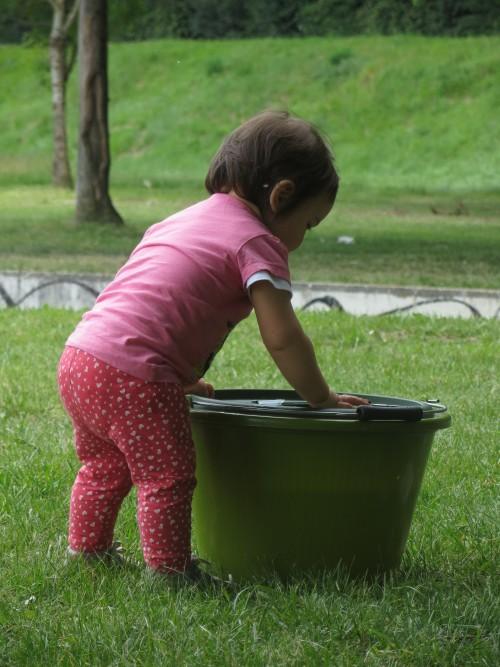 enfant jouant avec un seau