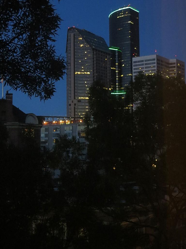 building dans Seattle la nuit