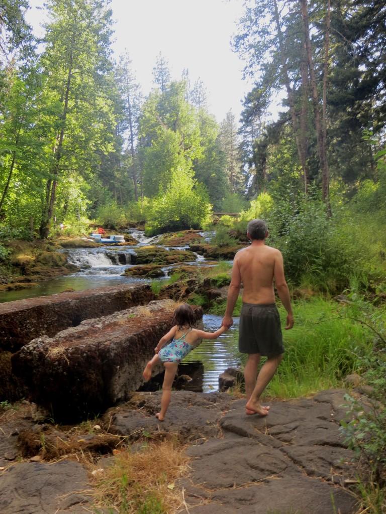 père et fille se baignant à Trout Lake (état du washington)