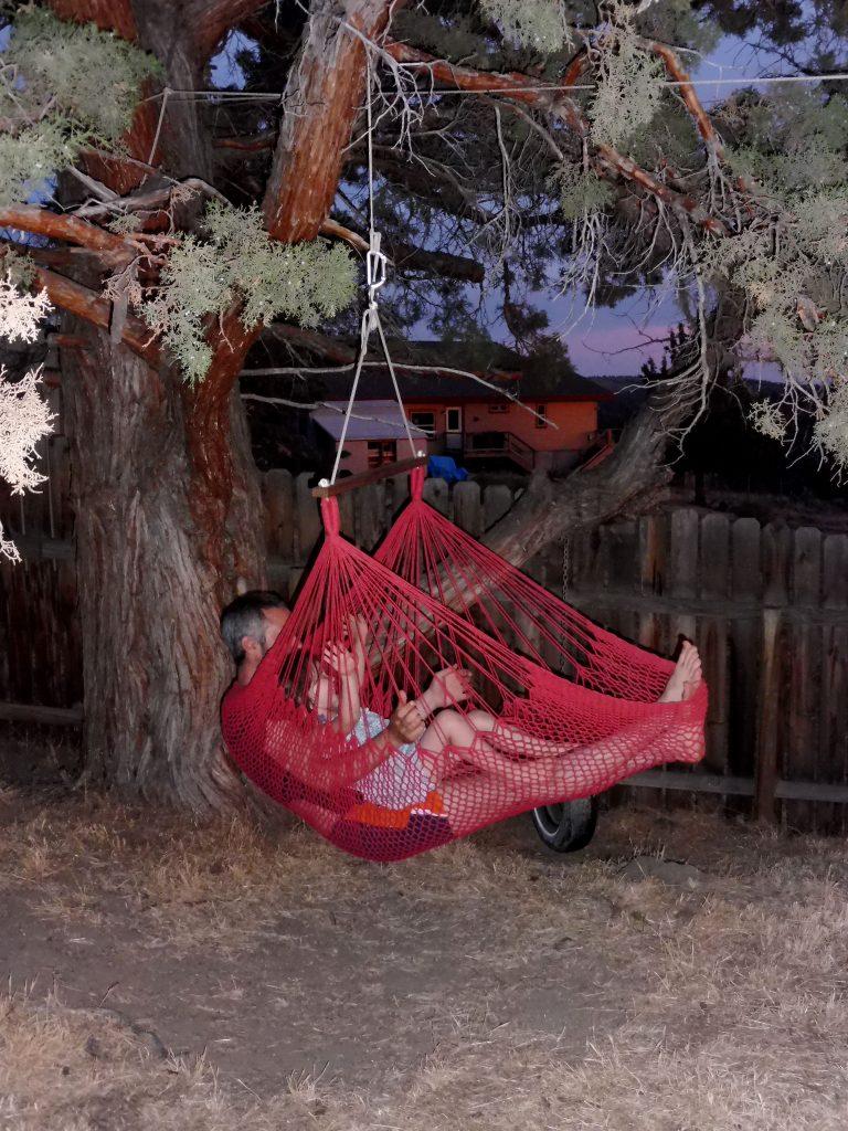père et fille dans un hamac, dans l'Oregon