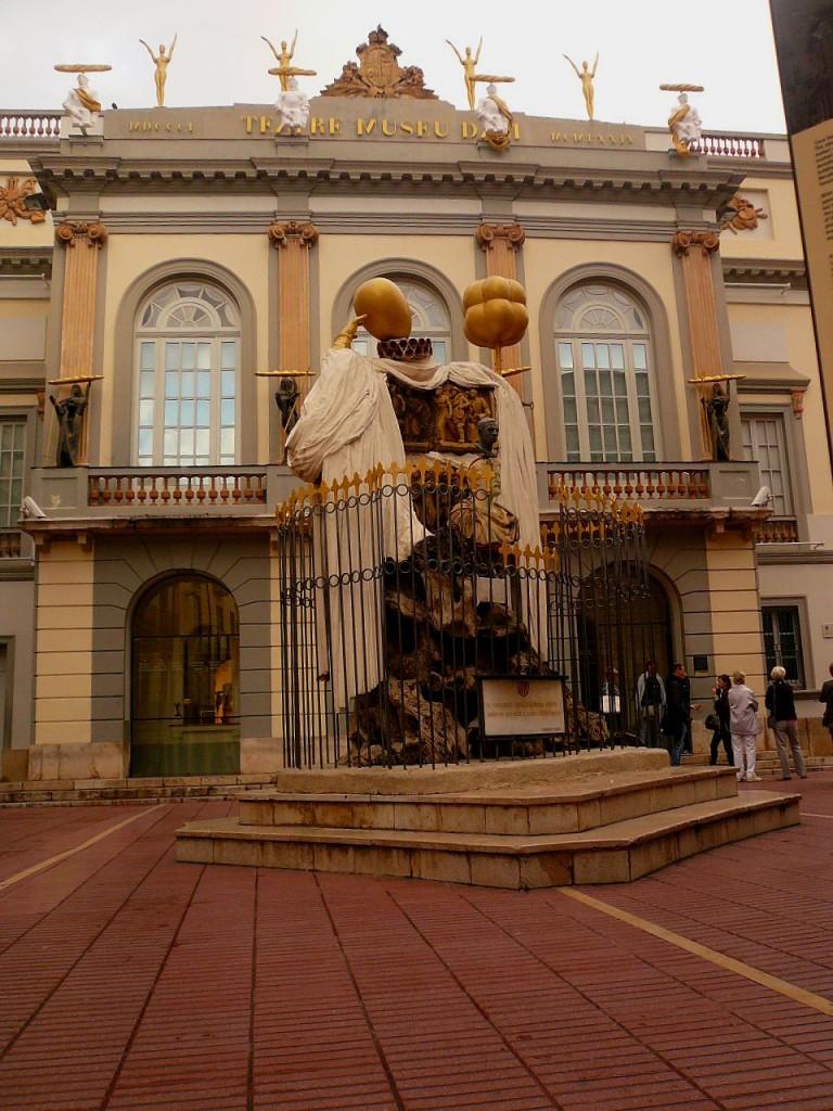 sculpture de Dali dans Figueras