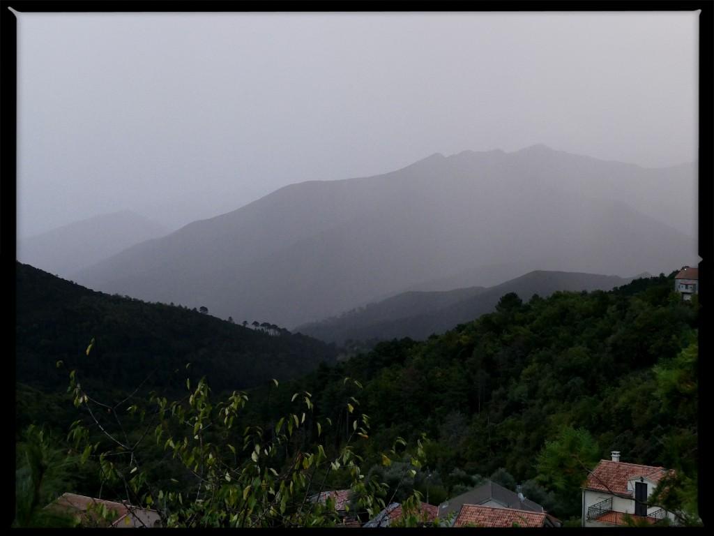 montagne autour de Corte pendant l'orage