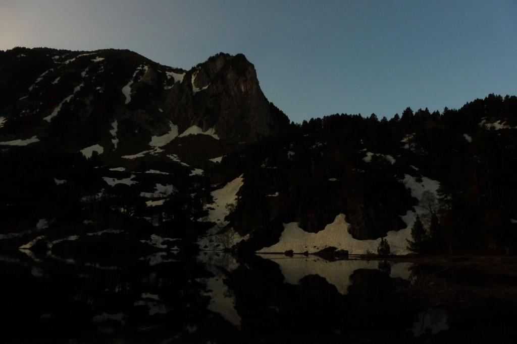 lac dans les pyrénées la nuit
