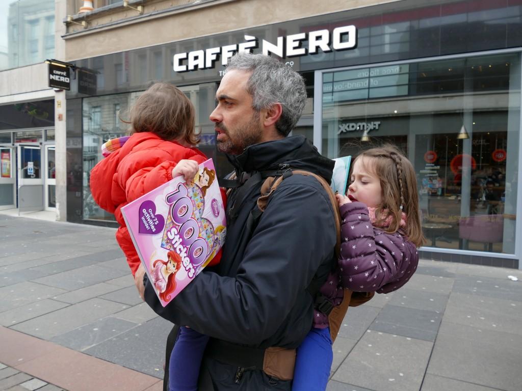 papa portant ses deux grandes filles dans Glasgow