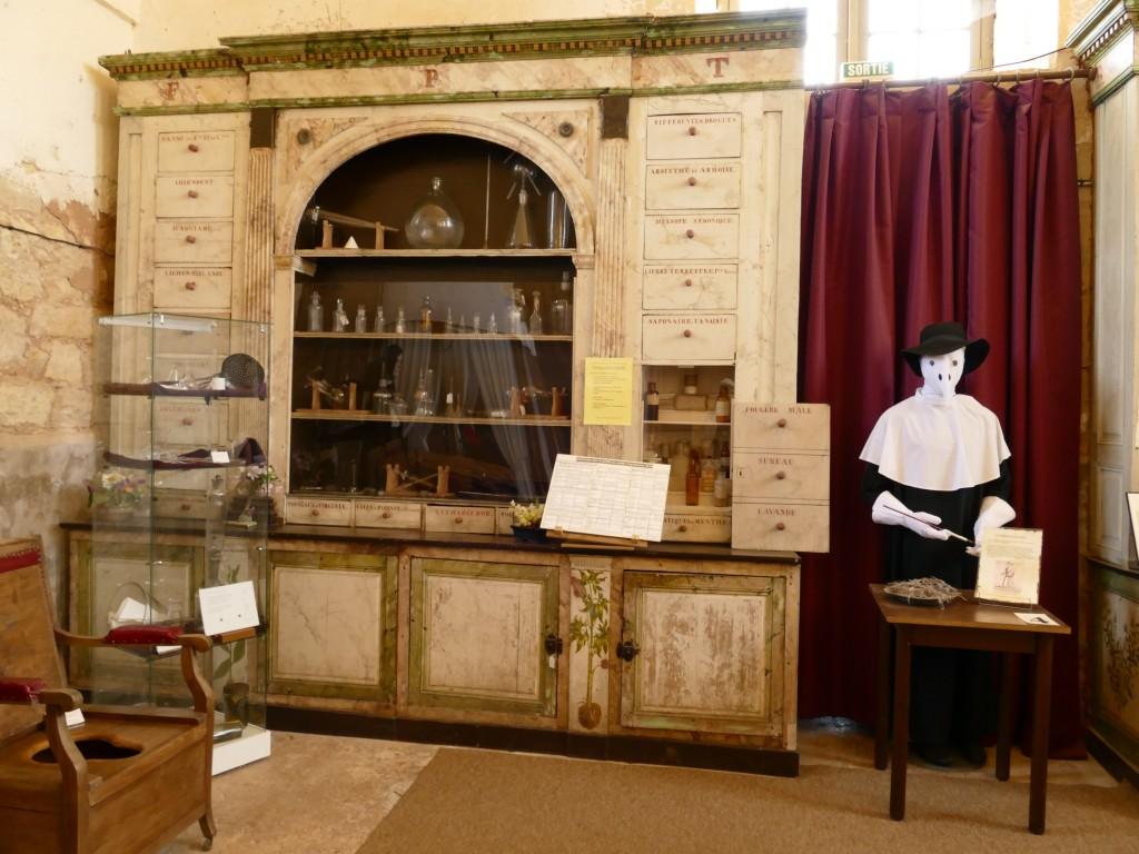 anciens hospices de Hautefort et le musée de la médecine (Dordogne)