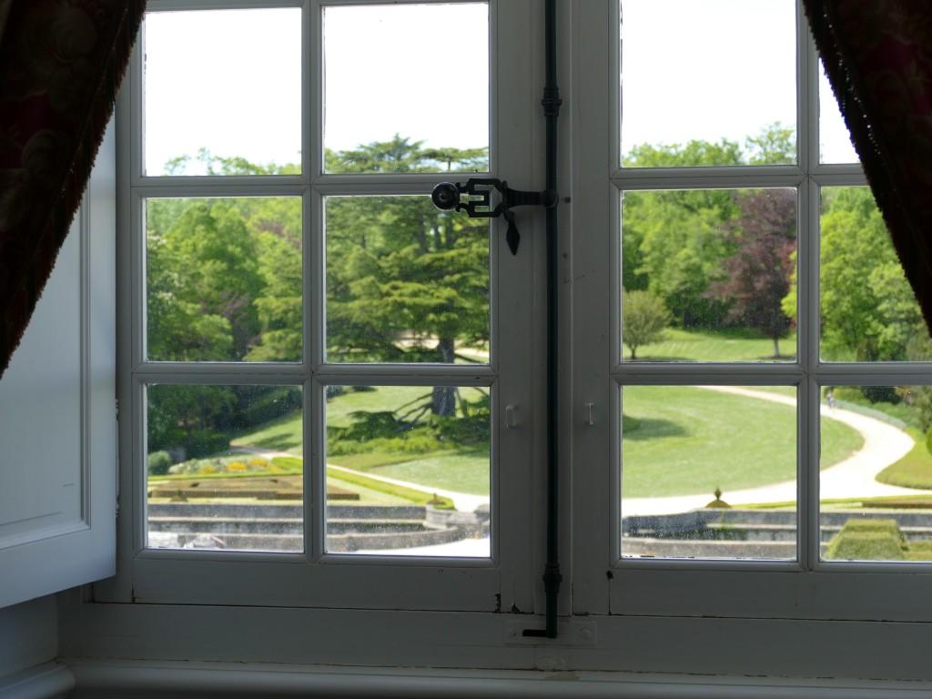fenêtre dans le château de Hautefort en Dordogne