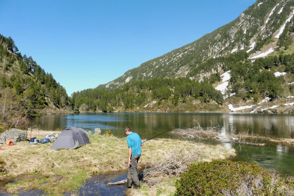 pêcheur au bord d'un lac en Ariège