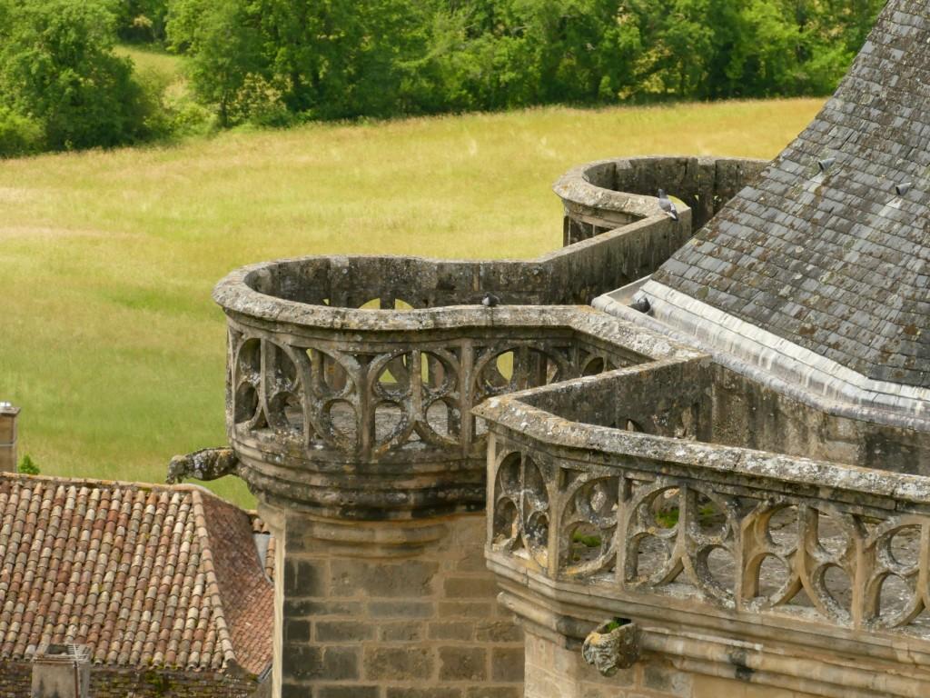 gargouille sur le toit du château de Biron en Dordogne