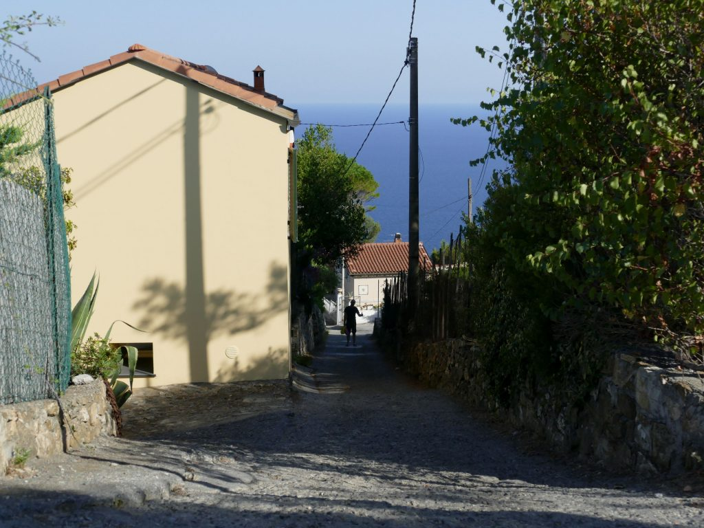 ruelle qui descend face à la mer en Liguria