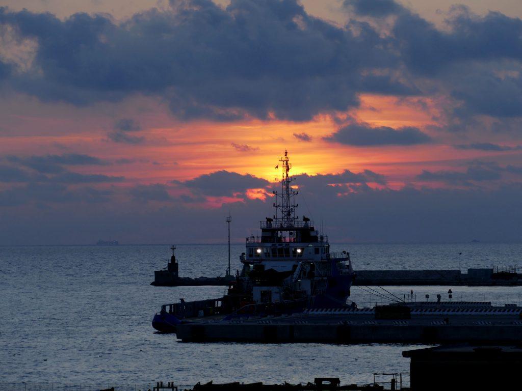 ferry pour la Sardaigne au coucher du soleil