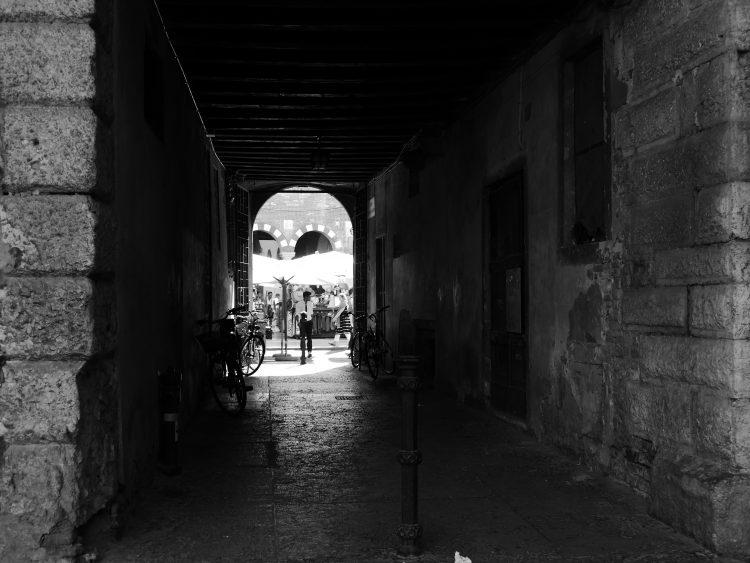 De l'autre côté, la piazza delle Erbe et sa grouillante vie touristique