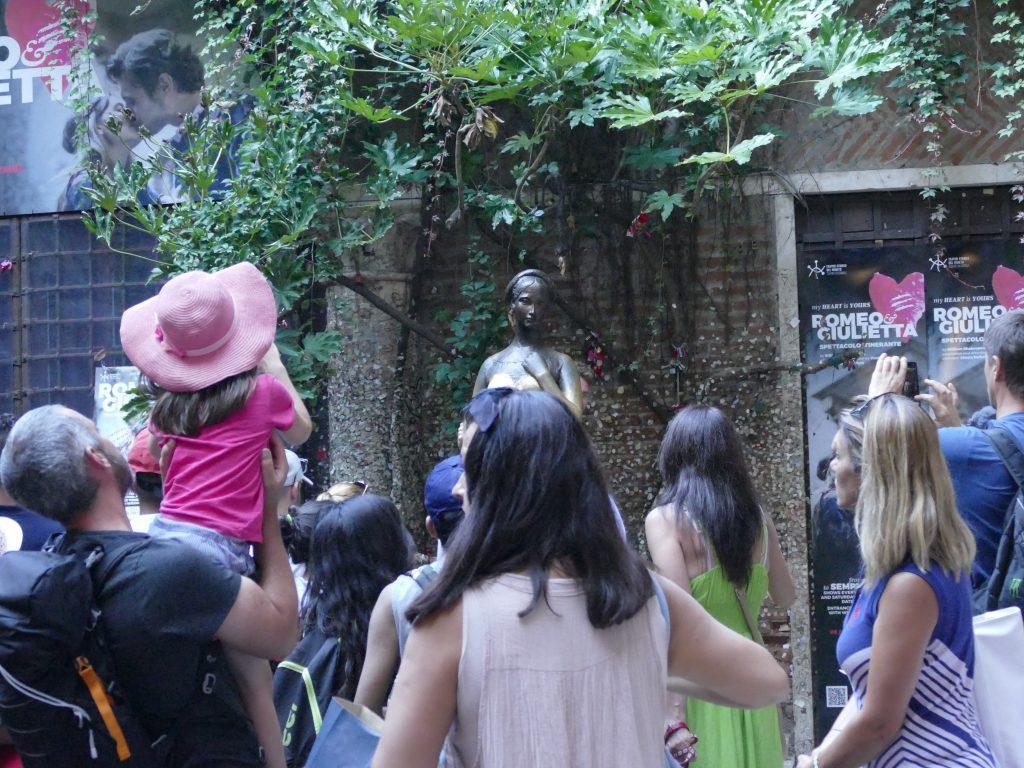 Touristes dans la maison de Juliette à Vérone