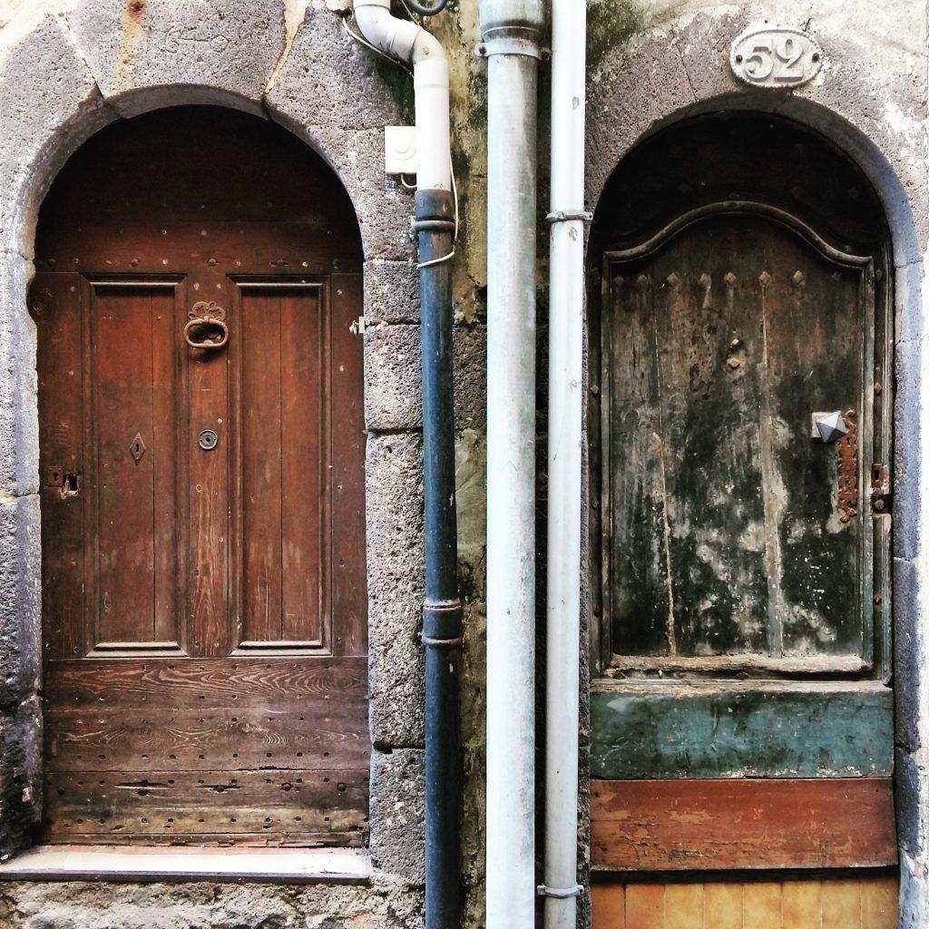 deux portes dans le centre historique d'Agde