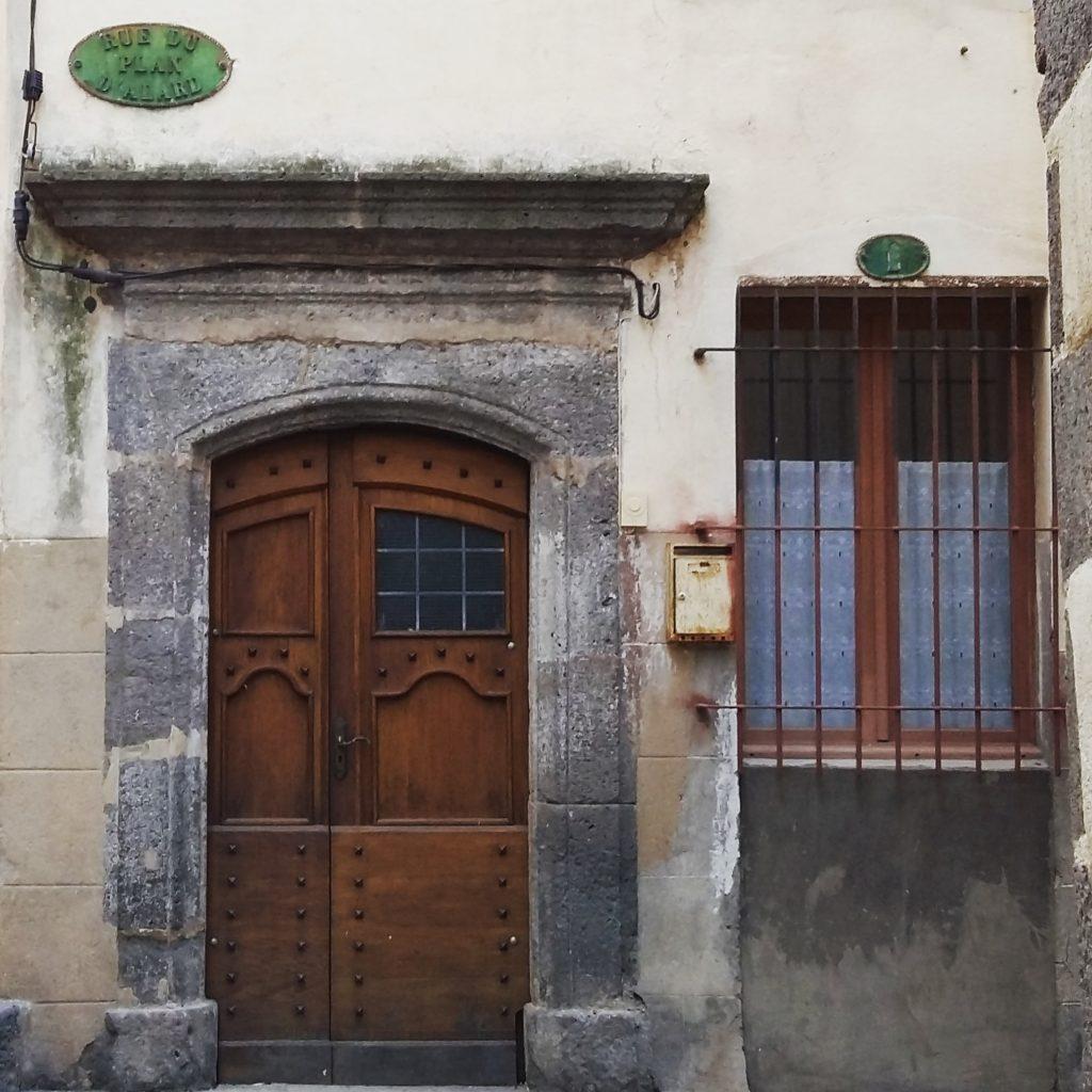 porte dans le centre historique d'Agde