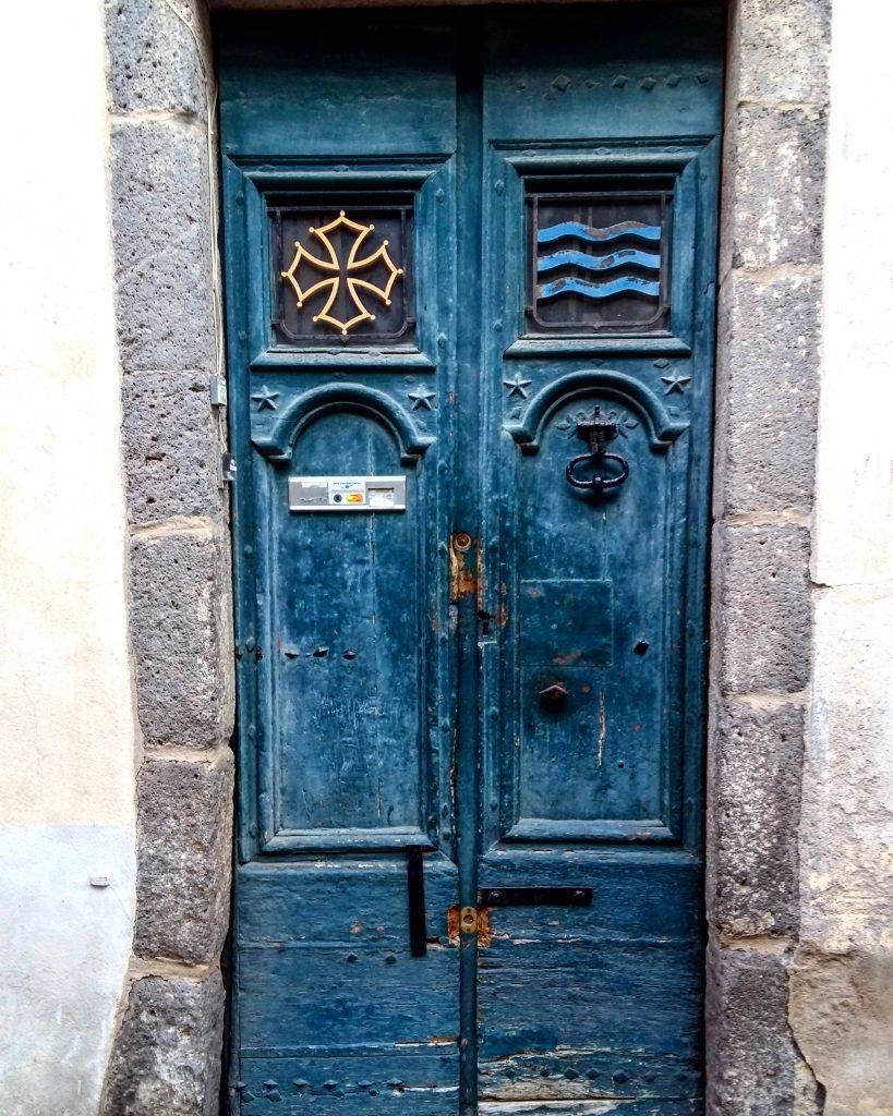 porte bleu avec le blason de l'occitanie dans Agde