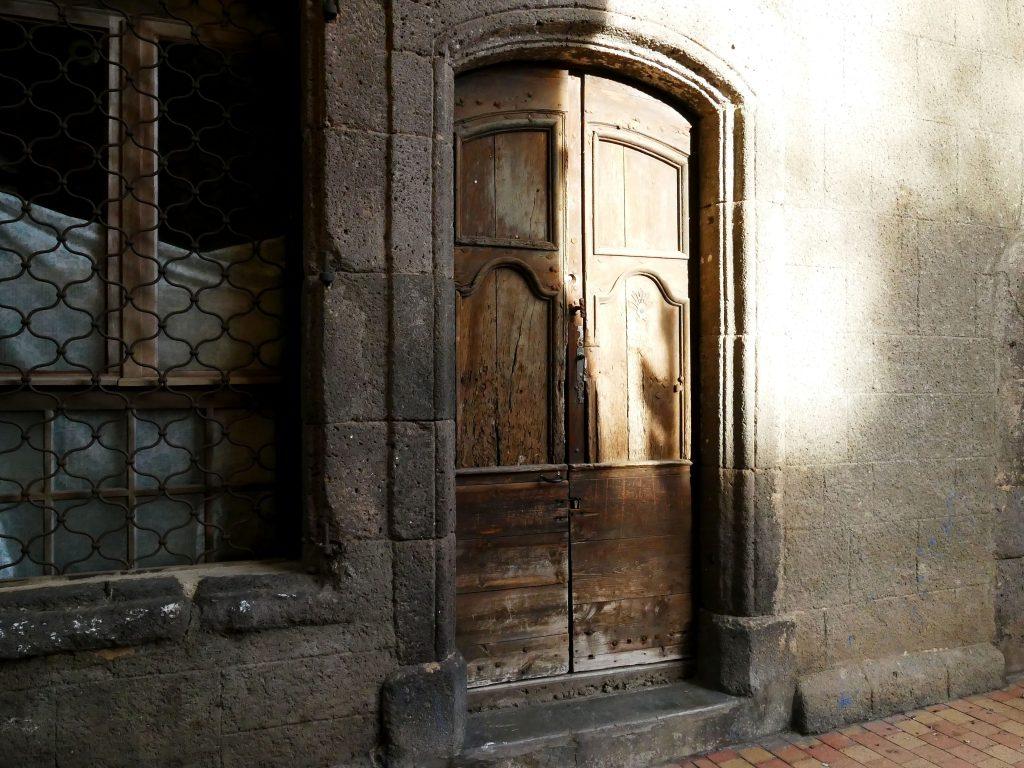 porte et maison fermées dans Agde