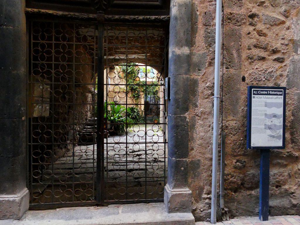 Grille en fer forgée dans le Centre historique d'Agde