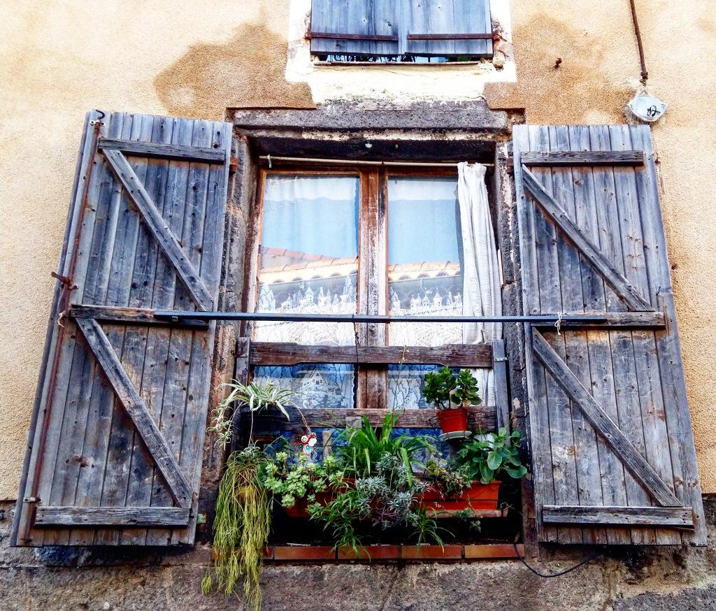 fenêtre avec plantes vertes à Agde