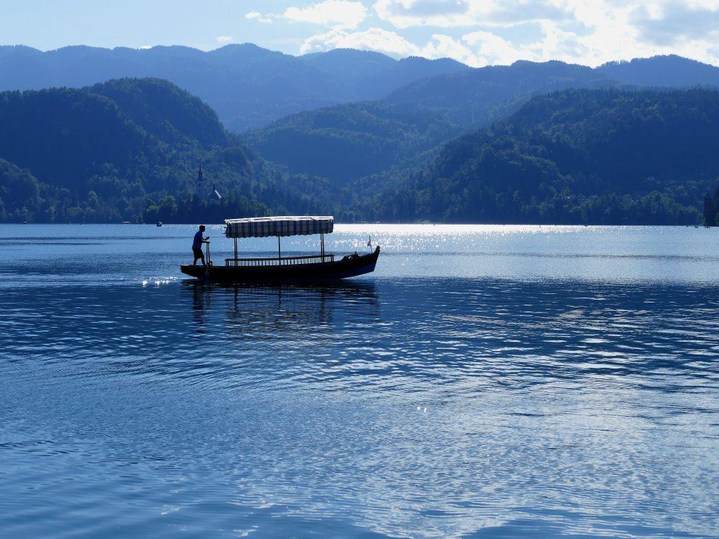 Barque sur le lac de Bled
