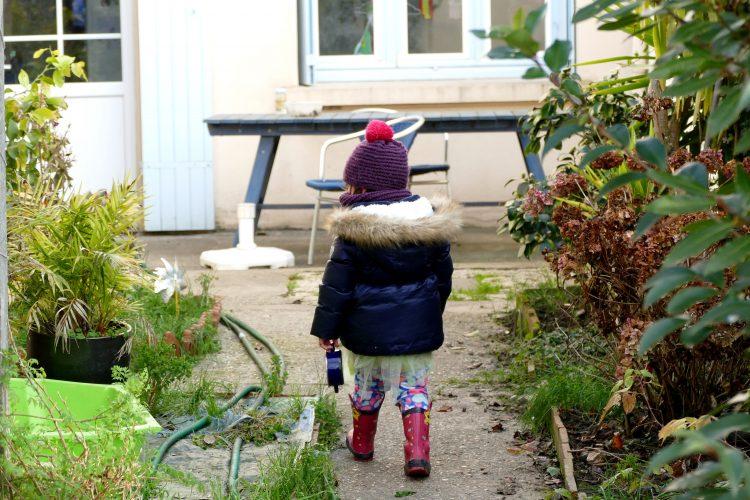 en fant au jardin l'hiver