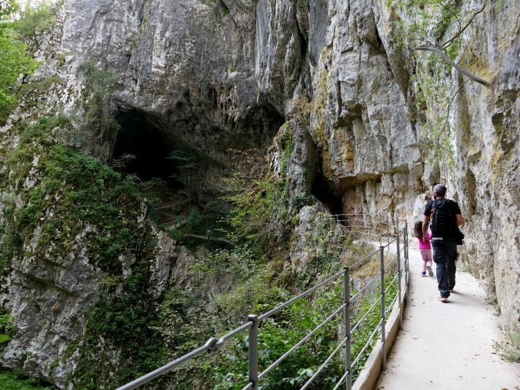 à la sortie de la grotte Skocjan