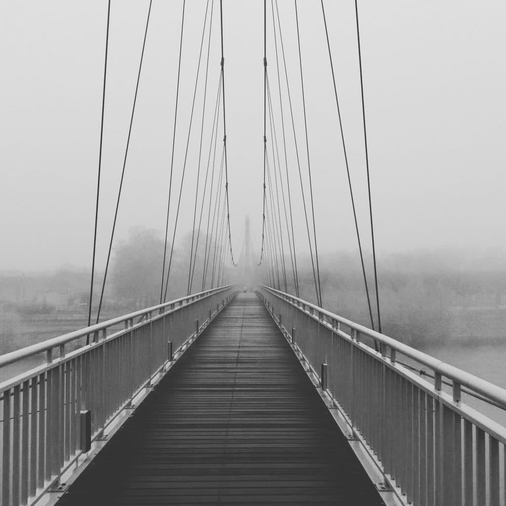 passerelle d'Agen dans le brouillard