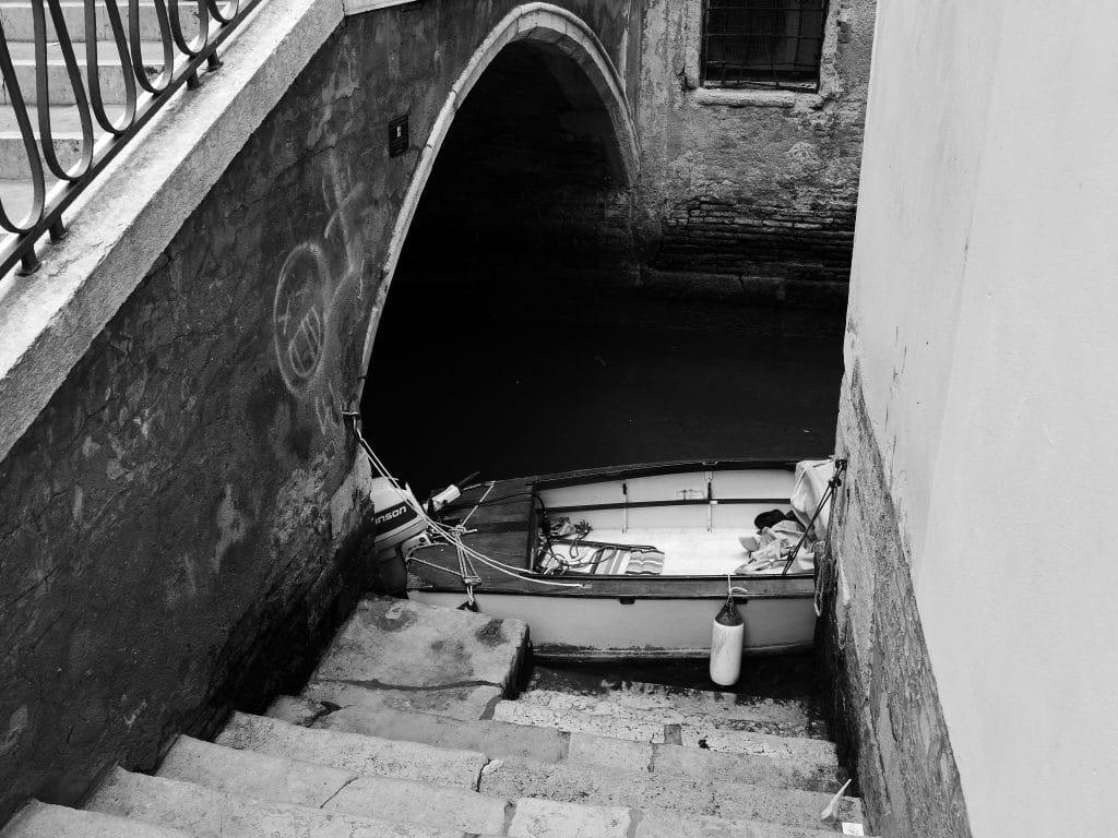 barque garée dans un canal de venise