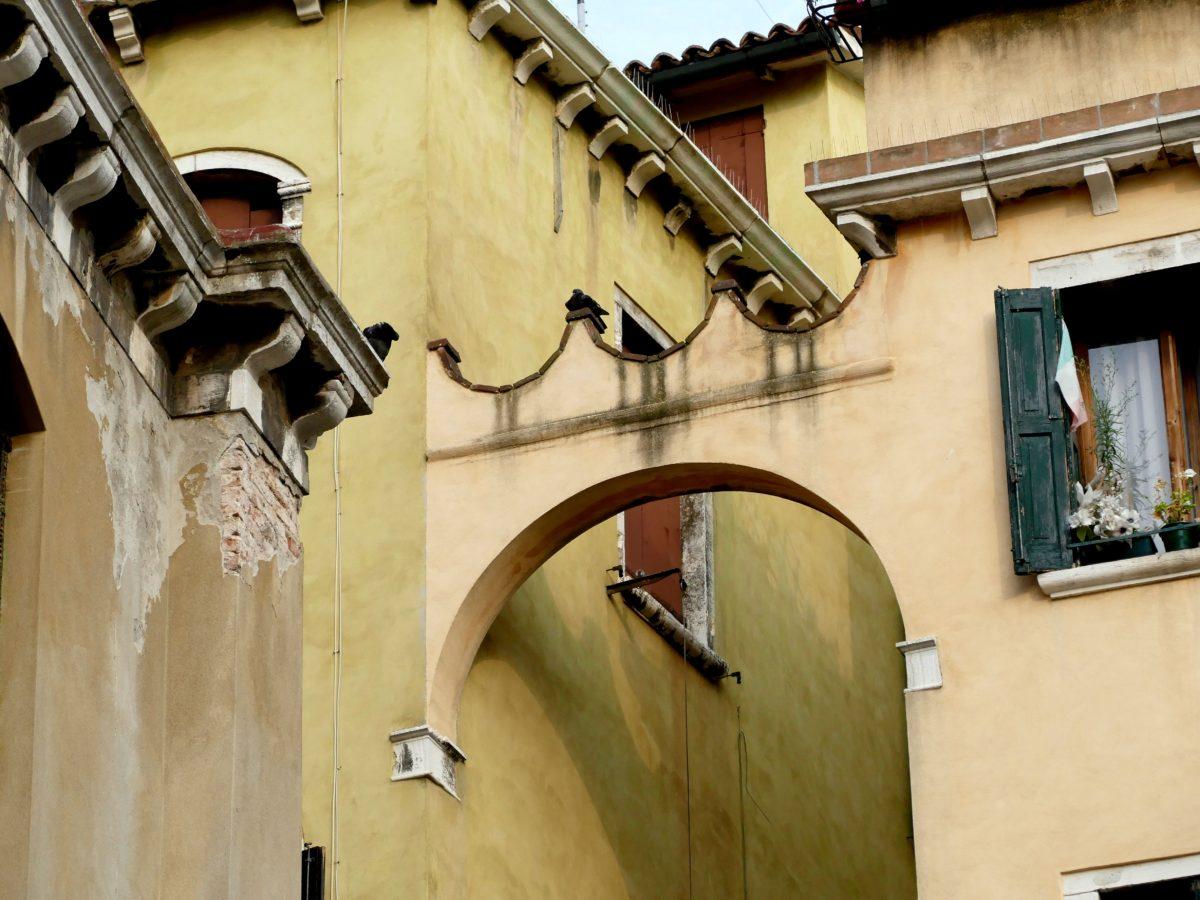 détail - arche sur un mur à venise