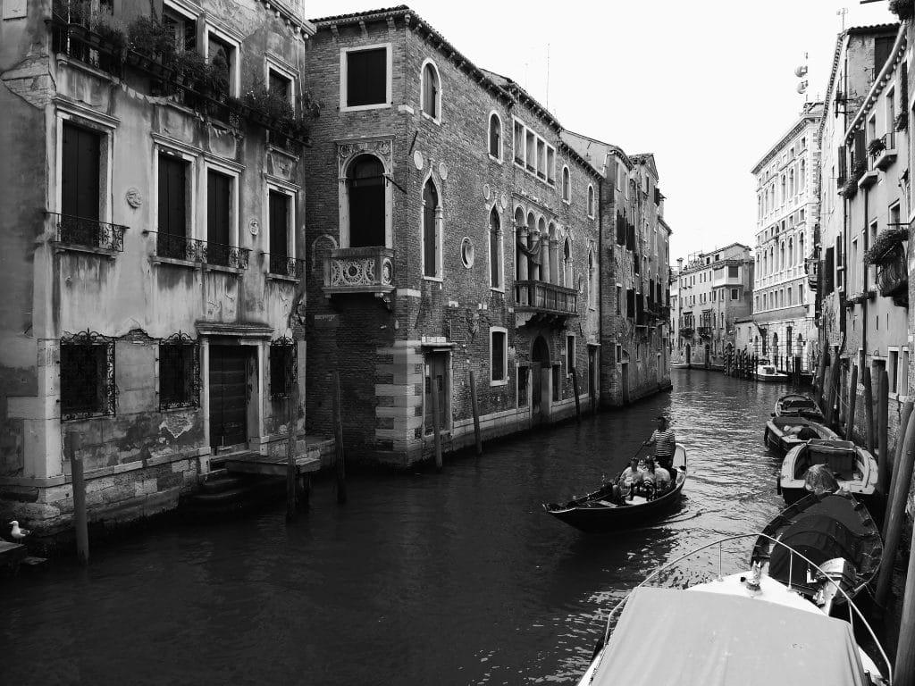 canal et gondôle à Venise en noir et blanc