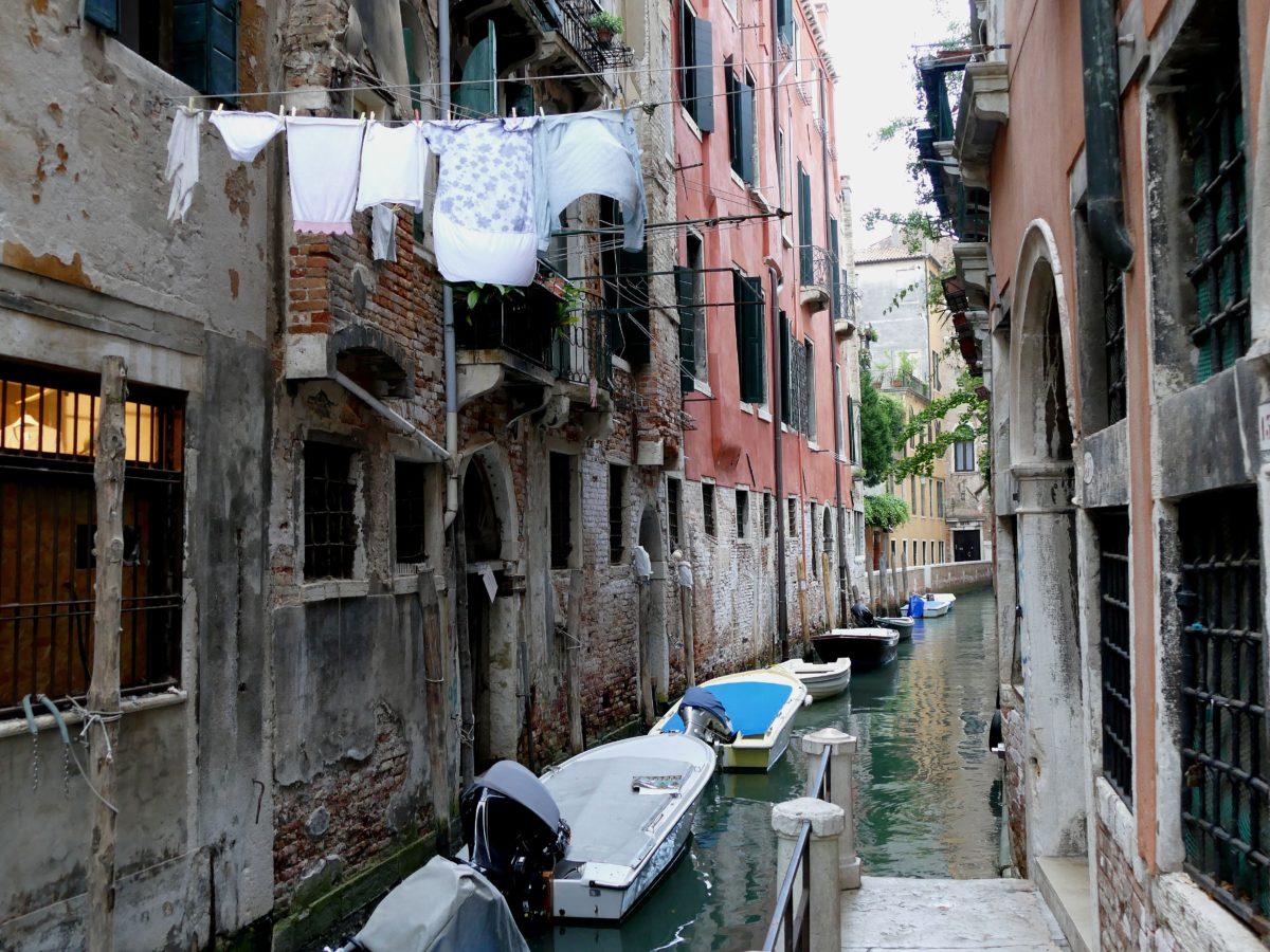 canal dans San Polo à Venise et linge étendu au dessus de l'eau