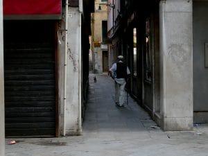 homme âgé et son chien dans les ruelles de Venise