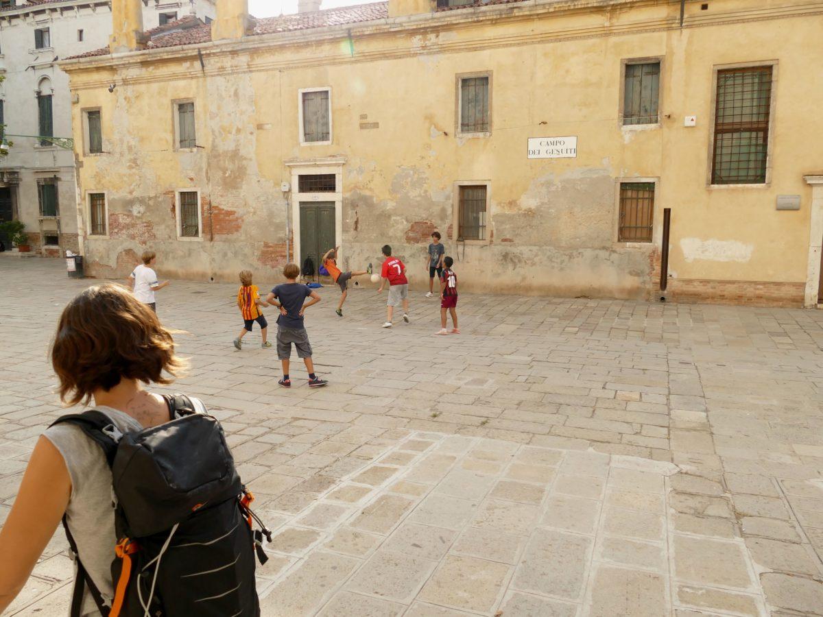 enfants jouant au foot dans Venise