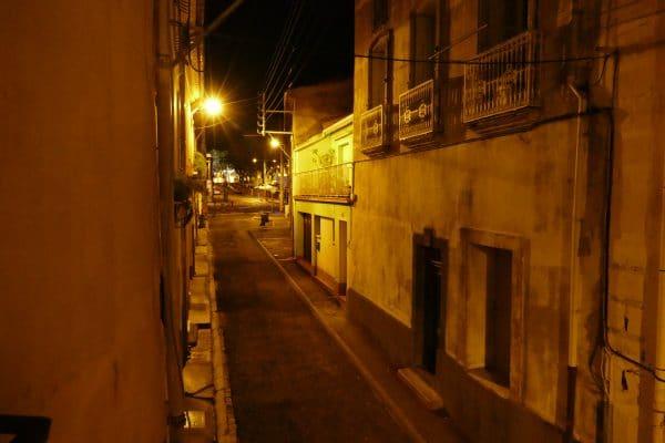 une rue d'Agde la nuit