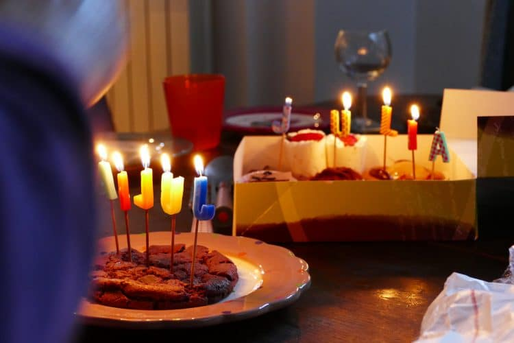 bougies sur des gâteau d'anniversaire