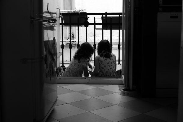 2 fillettes sur un balcon