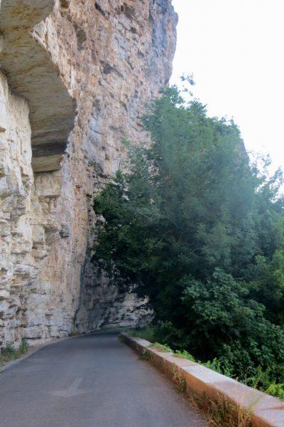 falaise et route entre Creysse et Vayrac