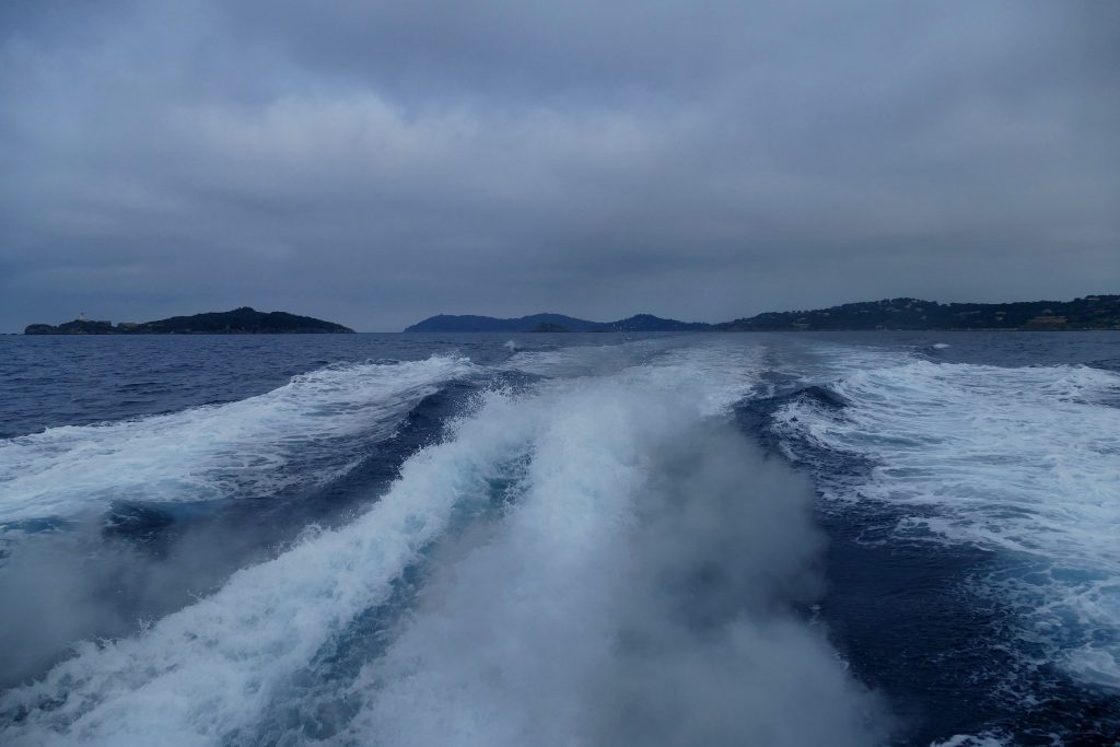 vagues formées par le bateau sur la mer
