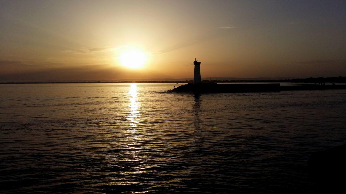 coucher de soleil sur le phare de la Tamarissière
