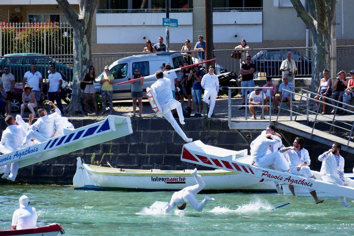 jouteurs tombant à l'eau - Agde