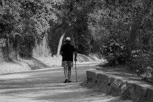 monsieur avec une canne sur un chemin de Porquerolles