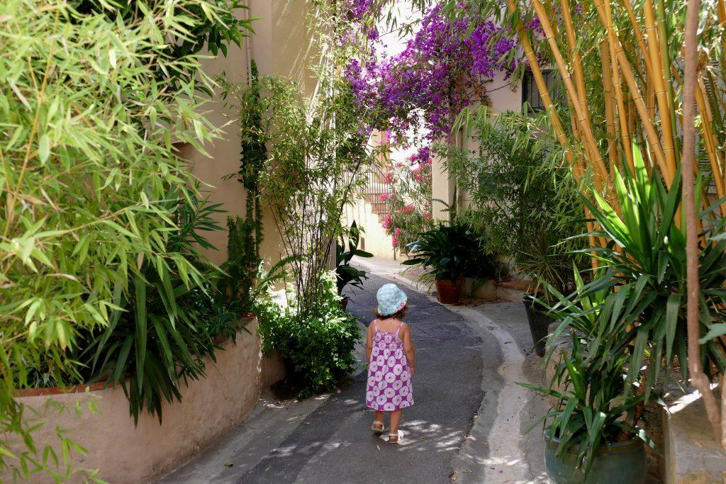 ruelle fleurie avec petite fille - Hyères