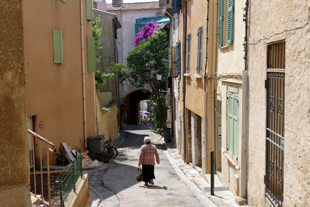 ruelle avec vieille dame au milieu - Hyères
