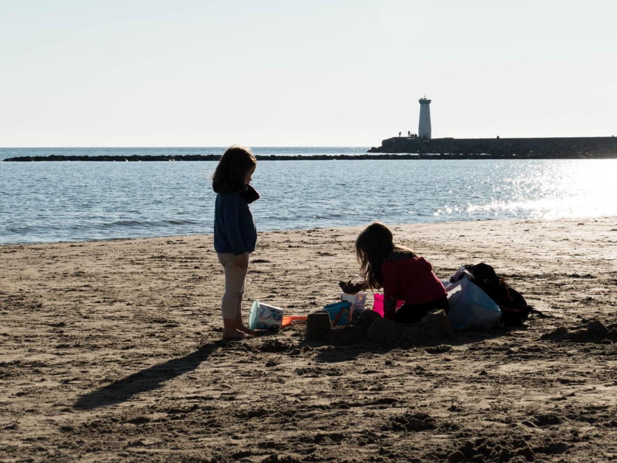 enfants jouat sur la plage du Grau D'agde