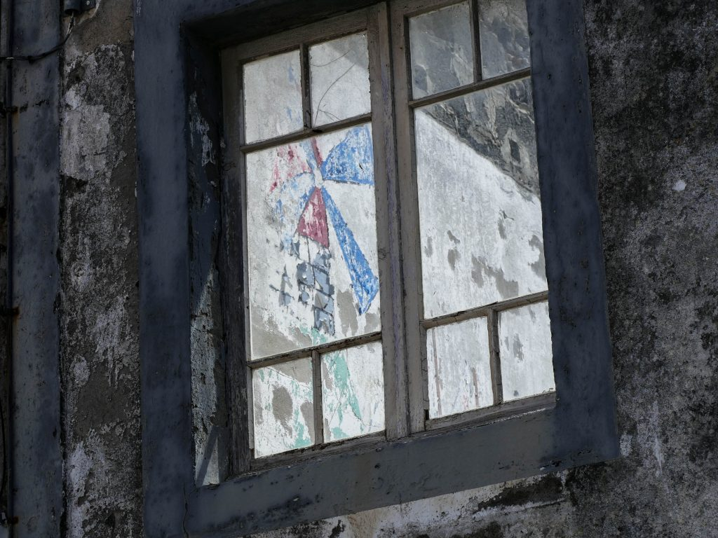 peinture d'un moulin sur un mur