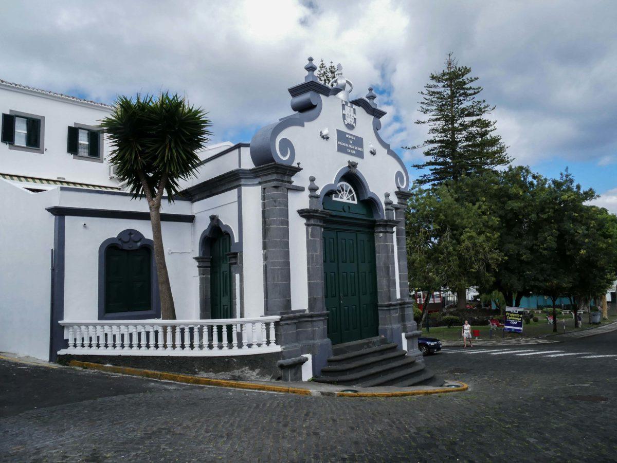 bâtiment noir et blanc dans Horta