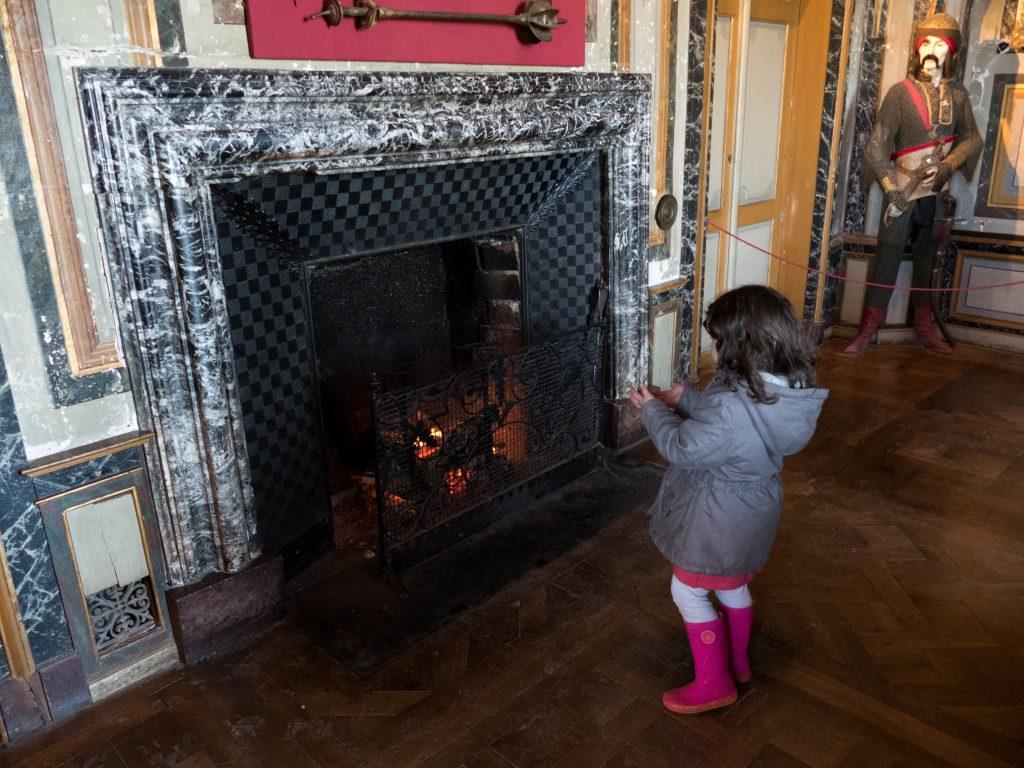 enfant se réchauffant devant une cheminée - château d'Ussé à Rigny-Ussé