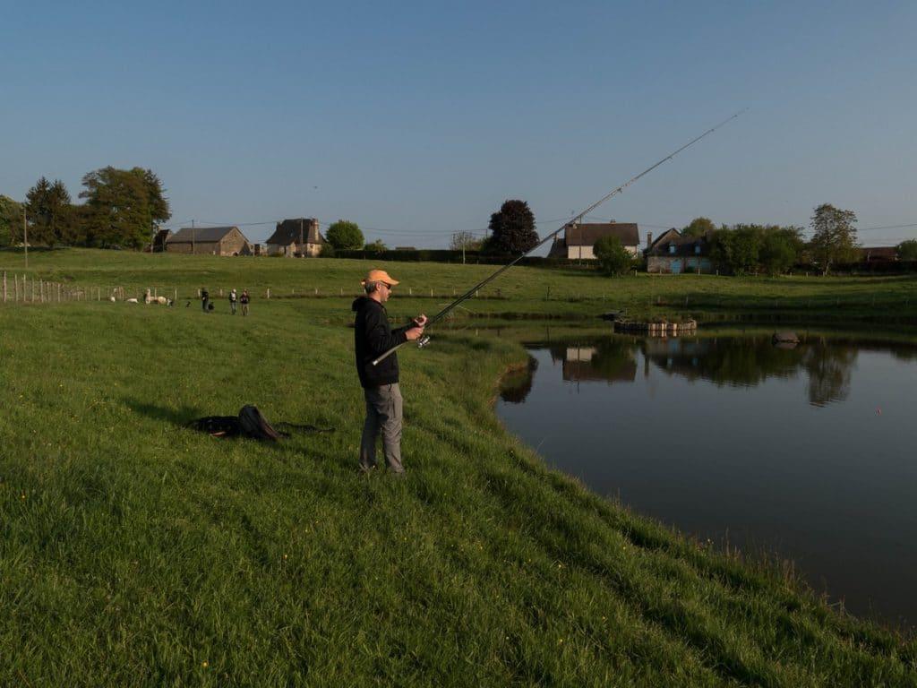 pêcheur sur l'étang du gîte la Clef des Champs - Corrèze