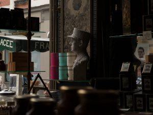 Statue du général de Gaulle chez Méert