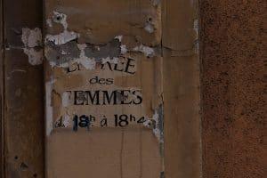 affiche déchirée dans le vieux nice